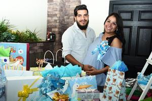 29072017 SERáN PAPáS.  Lourdes Geraldyn Gallegos Pérez con su esposo, José Gerardo Mendoza García, en su fiesta de canastilla.