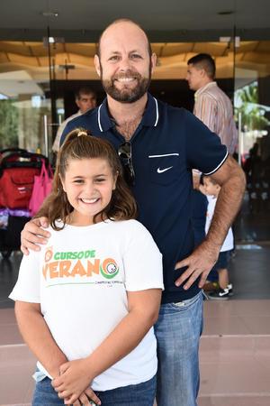 30072017 CLAUSURA DE CURSO DE VERANO.  Rodolfo Sada y su hija, Mackenzie Sada.