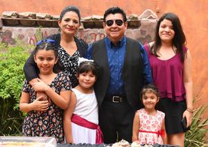30072017 CUMPLE 64 AÑOS.  Enrique Zambrano Báez con su esposa, Cristina Pita Barcelata, y sus nietas, Melina, Renata, Anayancy y Wendy.