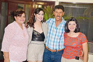 30072017 La festejada acompañada por sus padres y Mariana.