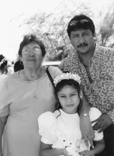 30072017 Brenda Martínez Mendoza con su abuelita, Manuela Durán, y su papá, Cuauhtémoc Martínez, en su Primera Comunión.