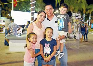 31072017 Leticia Márquez y Dióstenes Valadez con sus hijos, Ivanna, Ana Julia y Caleb.