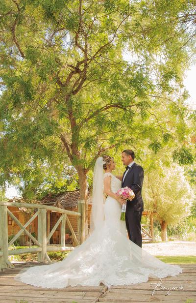 20082017 Xóchitl Molina y Walter Herrera se convirtieron en marido y mujer. La cita fue en el altar de la Iglesia de Santa Ana y la Sagrada Familia, en donde la pareja intercambió votos de amor. - Benjamín Fotografía.