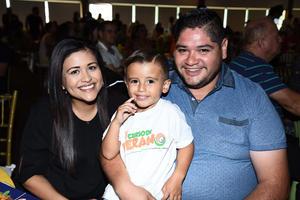 01082017 Cynthia y Marco Antonio con el pequeño Marco Antonio.