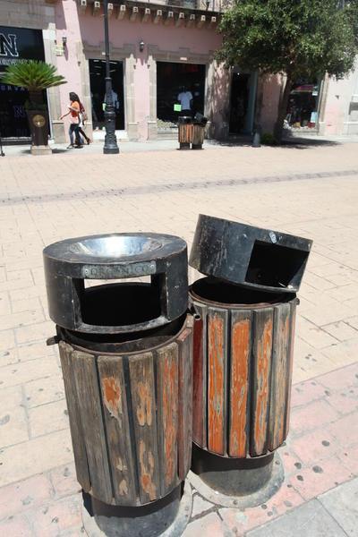 Los botes de basura del corredor turístico tienen al menos un año con daños severos.