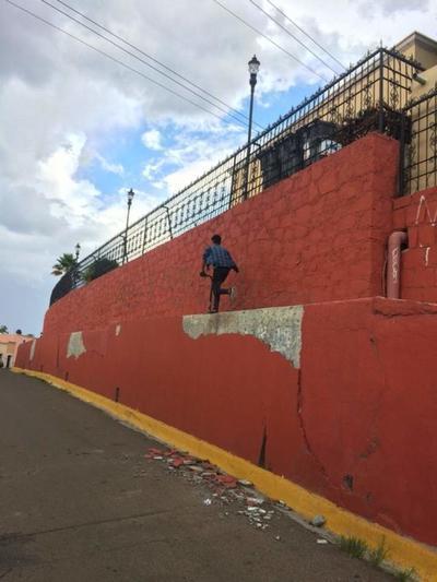 Una aparente mala calidad de los trabajos, mantiene daños de consideración en enjarres de la zona de El Calvario.