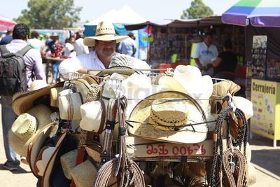 Comercios sobre ruedas hacen su parada en los tianguis, donde suelen mejorar sus ventas.