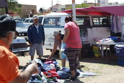 Vecinos también sacan a la venta lo que no les sirve ya en el hogar.
