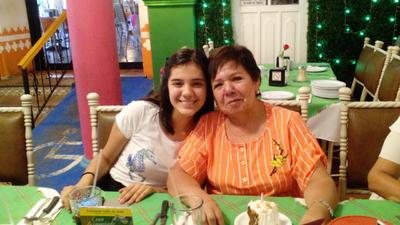 03082017 Lety Torres en su cumpleaños con su nieta, Marian.
