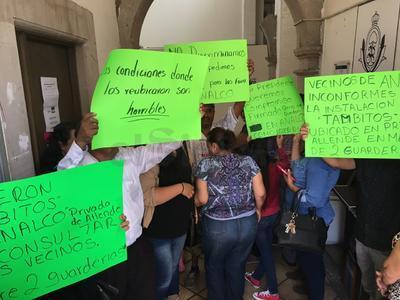 Los manifestantes mostraron su inquietud ante la seguridad que rodea el albergue, pues señalan que acuden vándalos y viciosos que vulneran la integridad y patrimonio de los lugareños.