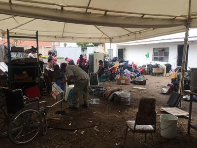 Los desalojados están refugiados en un terreno baldío en condiciones precarias para habitar.