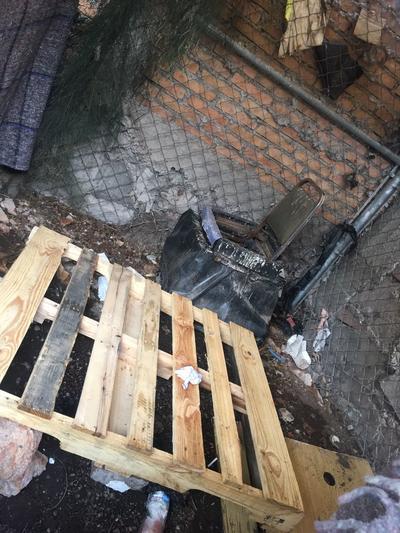 Imagen del lugar que es usado como baño por los desalojados de Tambitos.