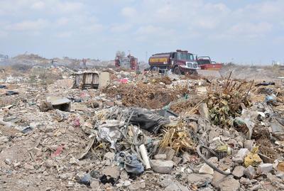 Si bien está prohibido tirar basura y escombro en ese sector, el tiradero de esos desechos es la constante y se hace a plena luz del día