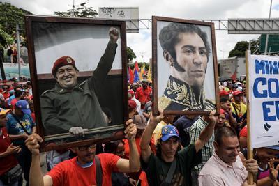 Los constituyentes arribaron al lugar -sede del Parlamento, actualmente controlado por una contundente mayoría opositora- portando cuadros de Chávez y del prócer de la independencia Simón Bolívar, que fueron sacados en 2016 cuando el chavismo perdió el dominio de la Cámara. EFE/Miguel Gutiérrez