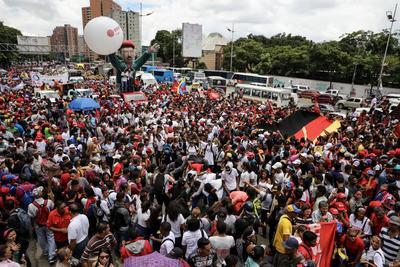 Cientos de chavistas marchan hoy hacia el Palacio Federal Legislativo, en Caracas, para apoyar la instalación de la Asamblea Nacional Constituyente (ANC). EFE/Miguel Gutiérrez