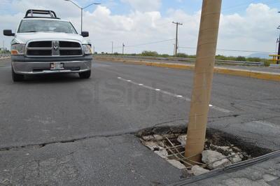 La falla apareció en el paso elevado que se encuentra frente al fraccionamiento Residencial Villas del Renacimiento, sobre la carretera Torreón-San Pedro.