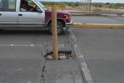 De inmediato se movilizaron elementos de Protección Civil, Vialidad y hasta Bomberos, quienes encontraron en el sitio un área de aproximadamente un metro cuadrado colapsada, por lo que cerraron parcialmente uno de los carriles para evitar un accidente.