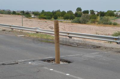 Fue minutos después de las 11:00 horas que hasta la sala de emergencias llegó el reporte de un desmoronamiento en la superficie del puente, justo en su parte central y en el sentido que va de San Pedro a Torreón.
