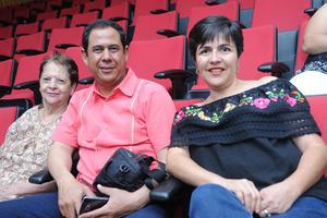 06082017 EN EL TEATRO.  Margarita, Carlos y Linda.
