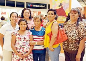 07082017 EN EL MALL.  Alejandra, Laura, Zoé, María Guadalupe, Francisca y Lucy.