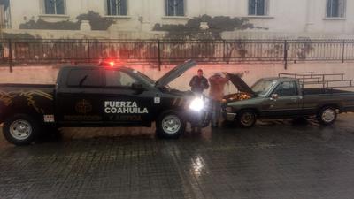 Elementos de Fuerza Coahuila brindaron apoyo a los vehículos que se quedaron varados por las intensas lluvias.
