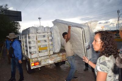 En Monclova, se apoyó a algunas familias con colchones ya que perdieron sus muebles al ingresar el agua a sus domicilios.