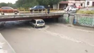 El departamento de Protección Civil de Monclova atendió un reporte de un vehículo varado en el bulevar San José que quedó atorado en uno de los desagües.