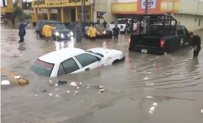 La tarde de ayer en Monclova se registró una intensa lluvia atípica que dejó daños en algunas colonias e inundaciones por escurrimientos.