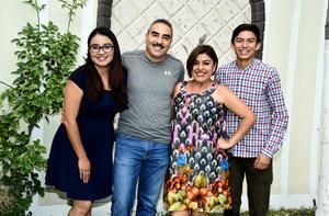 08082017 EN FAMILIA.  Alejandro José Hernández y Claudia Ramírez con Claudia y J. Armando.