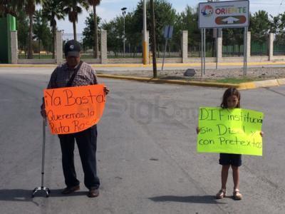 """Sus leyendas  """"Ya basta, queremos la Ruta Rosa"""" y """"DIF, institución sin diésel y con pretextos""""."""