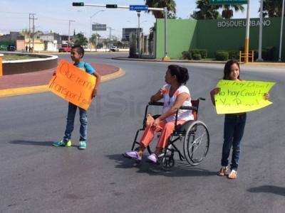 En la manifestación participaron menores de edad, quienes alzaron pancartas en protesta por la ausencia de la Ruta Rosa.