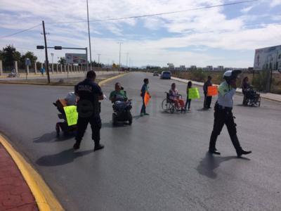 Personas con discapacidad se manifestaron esta mañana a la altura de la rotonda del bulevar Juan Pablo II de Torreón.