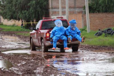 El trabajo para aislar los compuestos inició poco después de las 17:00 horas y se prolongó por horas en las que incluso tuvieron que acelerar el trabajo para evitar que la lluvia se mezclara con los residuos no cubiertos hasta ese momento.