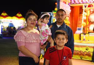 09082017 DE PASEO.  Michelle, Allison, Omar y Dylan Omar.