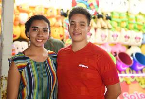 09082017 POSAN PARA LA FOTO.  Wendy y Emilio.