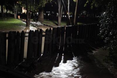 La noche del martes para amanecer el miércoles el agua que cayó al parque Guadiana inundó gran parte del mismo incluso el agua fue tal que empezó a brincar al Lago de los Patos.