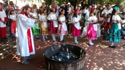 En el acto también participaron sacerdotes para bendecir la cosecha de la uva.