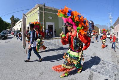 Diversas danzas desfilaron por las calles de Parras.
