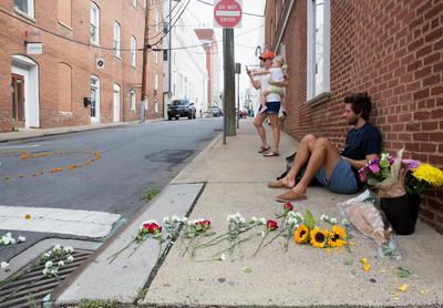El casco histórico de la ciudad mostraba hoy un sombrío silencio y en el lugar del atropello los paseantes dejaban flores en muestra de respeto a las víctimas.