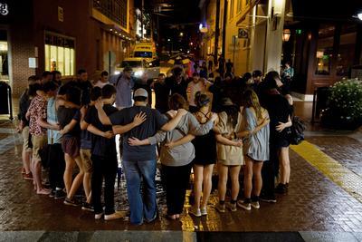 """Las autoridades de Virginia llamaron a la """"unidad"""" y pidieron a los extremistas que salieran del estado, un día después de la violenta jornada en Charlottesville que dejó tres muertos y forzó al presidente Donald Trump a apuntar directamente a los supremacistas blancos."""