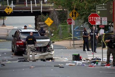 Fuentes hospitalarias del Centro Médico de la Universidad de Virginia confirmaron que hubo un fallecido como consecuencia del atropello y 19 heridos que estaban recibiendo tratamiento médico.