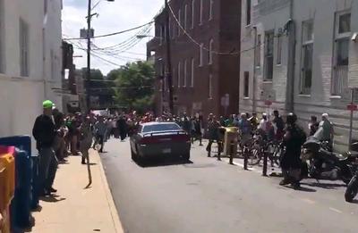 En rueda de prensa, el gobernador de Virginia, Terry McAuliffe, señaló que al fallecido en el atropello de manifestantes opuestos a la marcha en el Centro de la ciudad había que sumar un piloto y un pasajero de un helicóptero de la policía estatal que se estrelló a las afueras de Charlottesville.