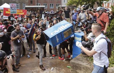 El grupo se había reunido para protestar contra los planes de retirar una estatua del general confederado Robert E. Lee, y otras personas se presentaron para protestar contra el racismo.