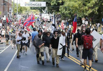 El caos surgió en lo que se cree es la mayor reunión de nacionalistas blancos en una década: el gobernador declaró el estado de emergencia, la policía con equipo antimotines ordenó a las personas que despejaran la zona y los helicópteros sobrevolaron el área.