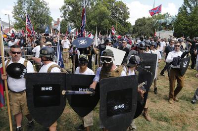 """La polémica marcha de blancos supremacistas """"Unir a la derecha"""" provocó ayer violentos enfrentamientos en la ciudad estadounidense de Charlottesville, estado de Virginia, que dejaron un muerto y más de 20 heridos, según las autoridades."""