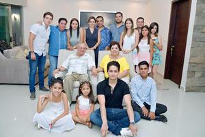 13082017 Ignacio y Socorro acompañados de su familia.