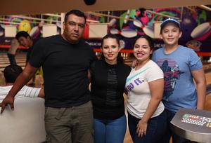 14082017 EN EL BOLICHE.  Carlos, Dian, Danna y Leo.