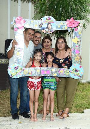 12082017 DE FIESTA.  Paola y Fabiola con sus papás y padrinos.