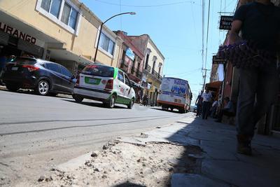 Prácticamente desde su cruce con Pasteur, y no muy lejos de la calle Carlos León de la Peña, se aprecian daños graves a las condiciones de las banquetas de la calle Pino Suárez.