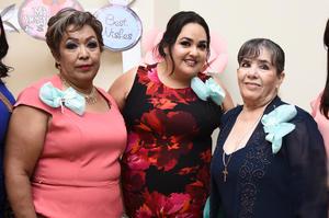 15082017 POR CASARSE.  Liliana Quintero Alvarado con las anfitrionas de su despedida de soltera.